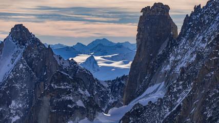 alpes du mont blanc enneigées au soleil et ciel bleu