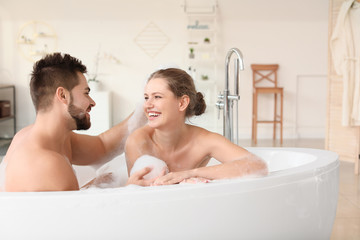 Fotomurales - Happy young couple taking bath together
