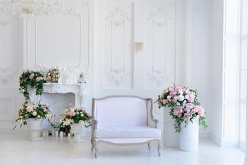 白い壁ピンクの花 インテリア