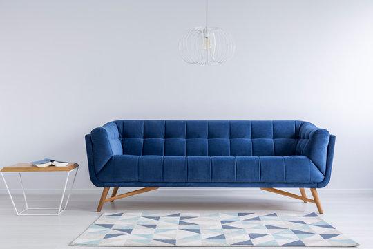 青いソファーと白い壁のインテリア