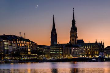 Hamburg City Rathaus mit Mondsichel
