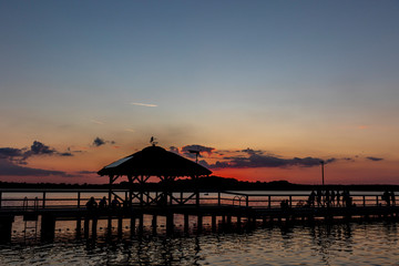 Zachód słońca, molo nad jeziorem