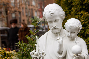 A St Joseph with Jesus child statue in a Jewish neighborhood at Brooklyn, New York Fotomurales