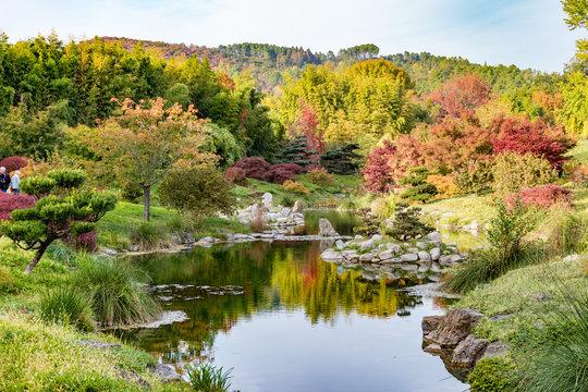 Bambouseraie à Nimes dans le gard. Paysage d'automne dans le sud de la France, Cabane en bambou, couleurs rosâtre rouge orangé de mi saison