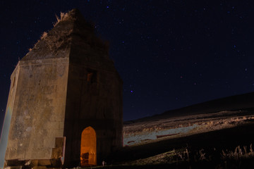 In de dag Oude gebouw Ancient tombs on the background of the starry night sky of the greatest city of Shamakhi Azerbaijan.