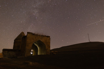 In de dag Oude gebouw Ancient tombs on the background of the starry night sky of the greatest city of Shemakha. Azerbaijan.
