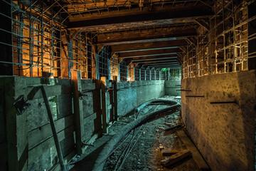 Photo sur Toile Les vieux bâtiments abandonnés Empty square underground concrete under construction tunnel.