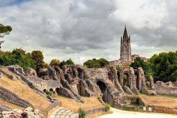 Les arènes de Saintes et l'église Saint-Eutrope