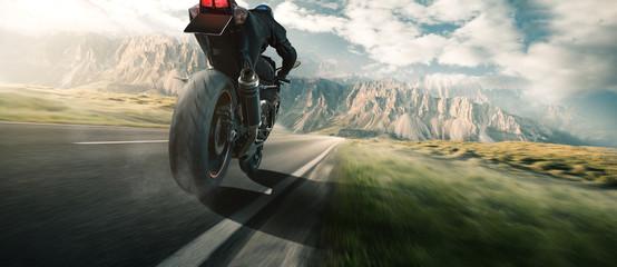 Motorrad Fahrer auf einer Landstraße in den Bergen