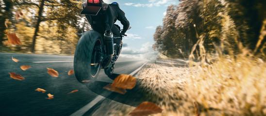 Motorrad auf einer hersbtlichen Landstraße Fototapete