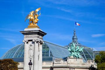 グランパレとフランス国旗とアレクサンドル
