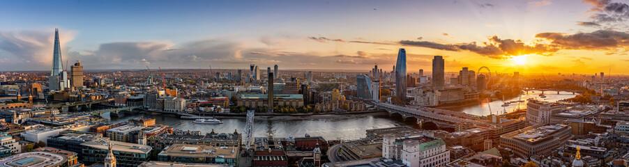 Fotomurales - Weites Panorama der Skyline von London, Großbritannien, bei Sonnenuntergang