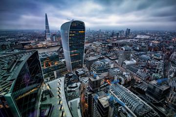 Fotomurales - Blick auf die Skyline von London mit den modernen Bürogebäuden an einem wolkigem Nachmittag, Großbritannien