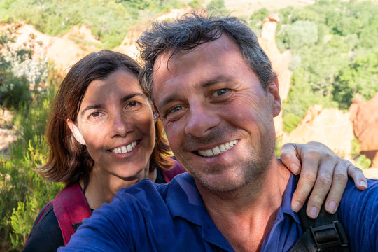 happy couple selfie in Luberon vacation roussillon in France Provence