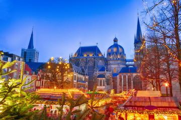 Weihnachtsmarkt an einer Kirche in Aachen