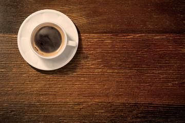 アンティークなテーブルの上のコーヒーカップ