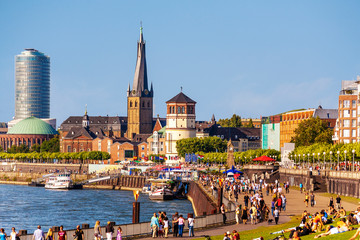 Sommerlicher Feierabend an der Rheinpromenade Düsseldorf