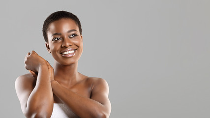 Fototapete - Happy beautiful black girl with flawless skin and perfect smile