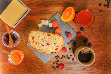 Acrylic Prints Coffee bar Bon petit déjeuner varié avec du pain avec des fruits secs et des céréales jus d'orange frais miel et confiture de fraises, thé au beurre et fruits rouges - grains de café et morceaux de sucre brun