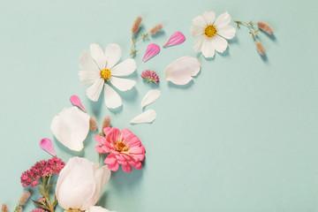Foto auf Leinwand Blumen summer flowers on green paper background