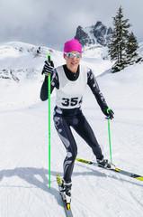 Skilanglauf-Wettkampf an einem sonnigen Wintertag