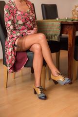 frau in nylons, vintage schuhe und kleid, sichtbarer strumpfrand