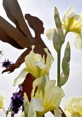 Frühlingsgarten mit blühenden Iris und Elfen Figur aus Metall