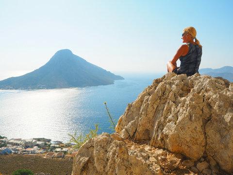 Kalymnos - Frau genießt den Ausblick auf Massouri