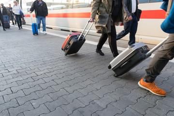 Streetlife: Menschen mit Gepäck bei der Ankunft am Bahnsteig