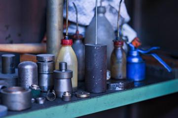 diverse Ölflaschen in einer Werkstatt im Regal