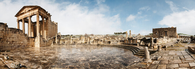 Panteón. Ruinas de la ciudad romana de Dougga (Túnez), nevada Fototapete