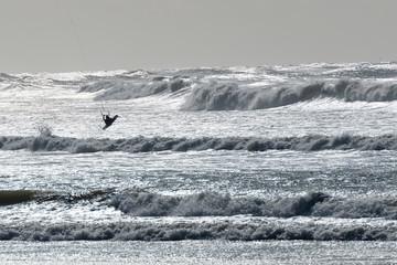 Silhouetten von Kite-Surfern am Strand von Barra in Portugal