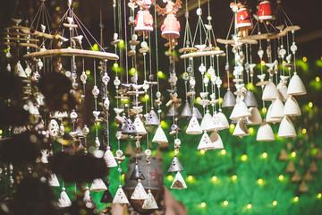 Dekorationsartikel auf einem Weihnachtsmarkt