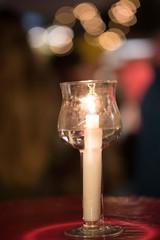 Lichter und Kerze auf einem Weihnachtsmarkt