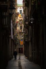 Keuken foto achterwand Smal steegje Spaziergänger in der Gasse von Barcelona