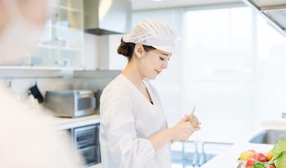給食センター 厨房 女性調理師