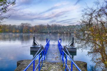 Steg und Brücke am Baldeneysee im Herbst