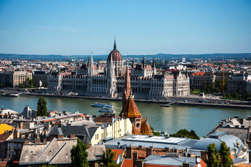 Fototapeten Budapest 2019The River Danube flows through the cityof Budapest it is Europe's second longest river, after the Volga. It flows through 10 countries,more than any other river in the world.
