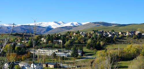 Photo sur Aluminium Kaki Paysage de cerdagne en automne dans les pyrénées orientales et chaine de montagne puigmal et carlit en neige