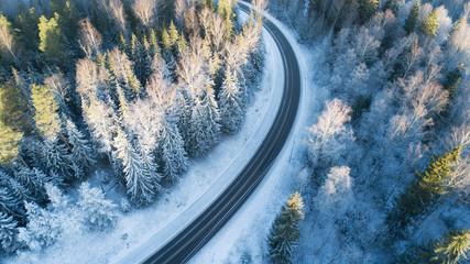 Photo sur Plexiglas Route dans la forêt Winding winter road as seen from above. Winter season. Transportation concept.