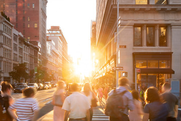 Fotomurales - Busy crowds of people walking down the sidewalk on 23rd Street in New York City with sunlight background