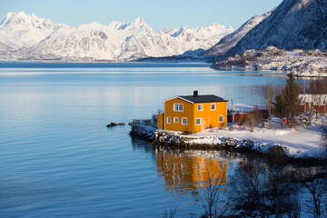 Photo sur Aluminium Bleu ciel traditional norwegian wooden house