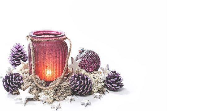 WIndlicht mit Weihnachtsdeko auf hellem Hintergrund matt