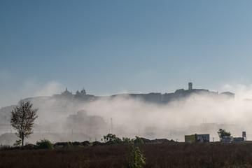 Die Universitätsstadt Coimbra am Rio Mondego in Portugal im Frühnebel