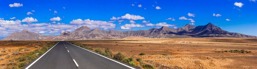 Fotobehang Canarische Eilanden Impressive landscape and deserted roads of volcanic Fuerteventura , Canary islands