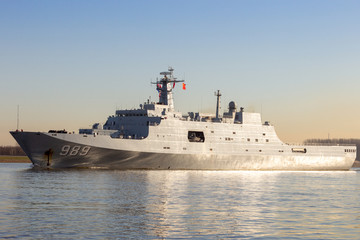 Chinese People's Liberation Army Navy (PLAN) amphibious transport ship 989 Changbai Shan (NATO name: Yuzhao) leaving the Port of Rotterdam on January 30, 2015