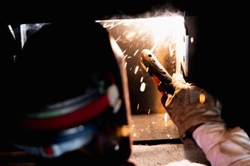 工場で溶接をする職人 Fototapete