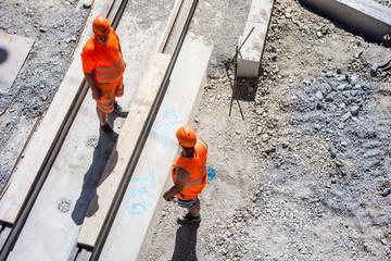 Fotorolgordijn Spoorlijn zwei Bauarbeiter auf einer Baustelle, Tiefbauarbeiten an den Schienen einer Strassenbahn, Bern, Schweiz