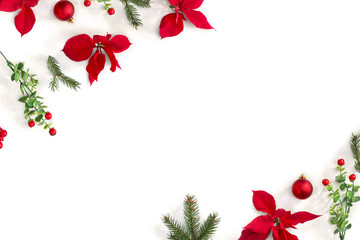 In de dag Bloemenwinkel Christmas decoration. Frame of flowers of red poinsettia, branch christmas tree, ball, red berry on a white background with space for text. Top view, flat lay