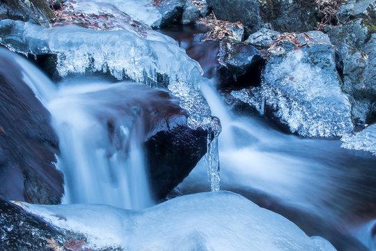 厳冬の流れ
